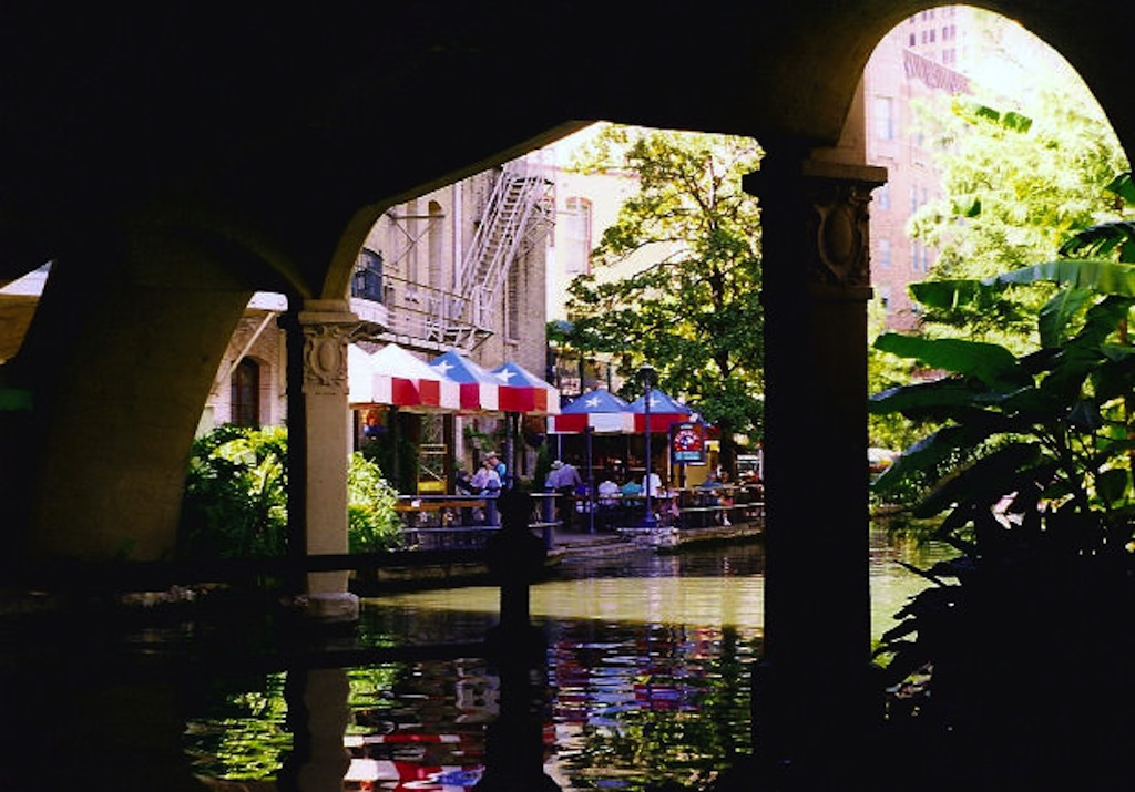 River Walk Cruise & Boat tour - San Antonio Cultural Travel Guide #BayouTravel